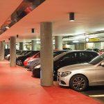 parkende Autos im Parkhaus