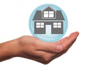 Hand mit Haus - Sicherheit, Versicherungen